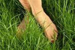 pies descalzos en el pasto
