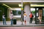 esperando el autobus
